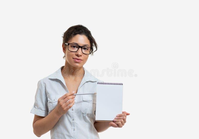 Porträt einer jungen Schönheit mit einem Bleistift und einem Notizblock lizenzfreie stockbilder