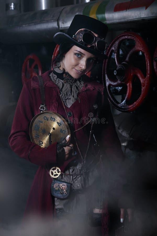 Porträt einer jungen steampunk Frau mit einem Ziffernblatt lizenzfreie stockbilder