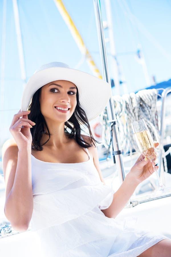 Porträt einer jungen und glücklichen Frau mit Champagner lizenzfreie stockfotografie