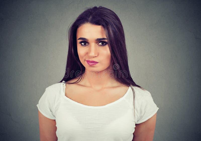 Porträt einer jungen zufälligen Frau des Umkippens stockfotos