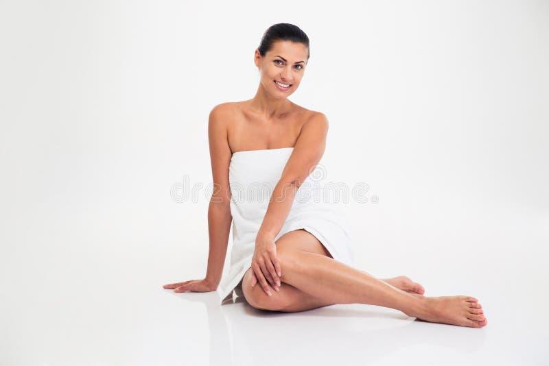 Porträt einer lächelnden attraktiven Frau im Tuch stockbild