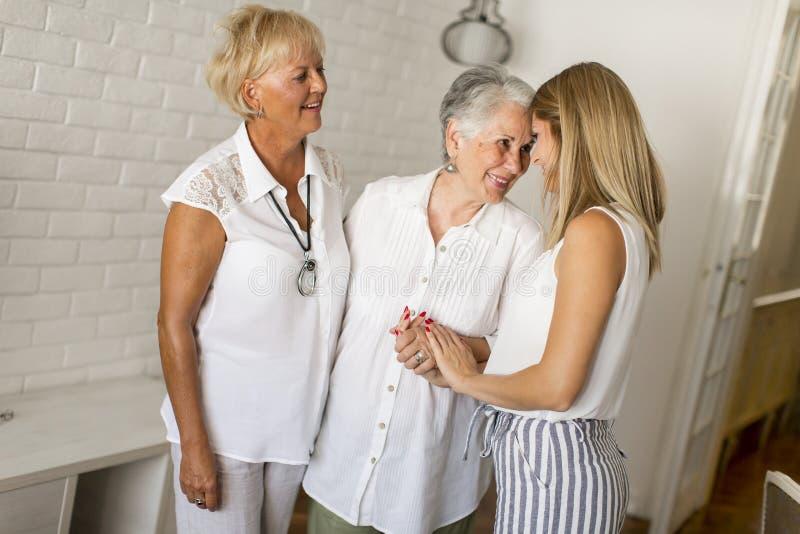 Porträt einer lächelnden Frau, der Großmutter und der Enkelin stockfoto