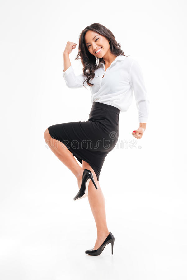Porträt einer lächelnden glücklichen asiatischen Geschäftsfrau, die ihren Erfolg feiert stockbild