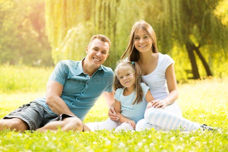 Porträt einer lächelnden glücklichen Familie lizenzfreies stockfoto