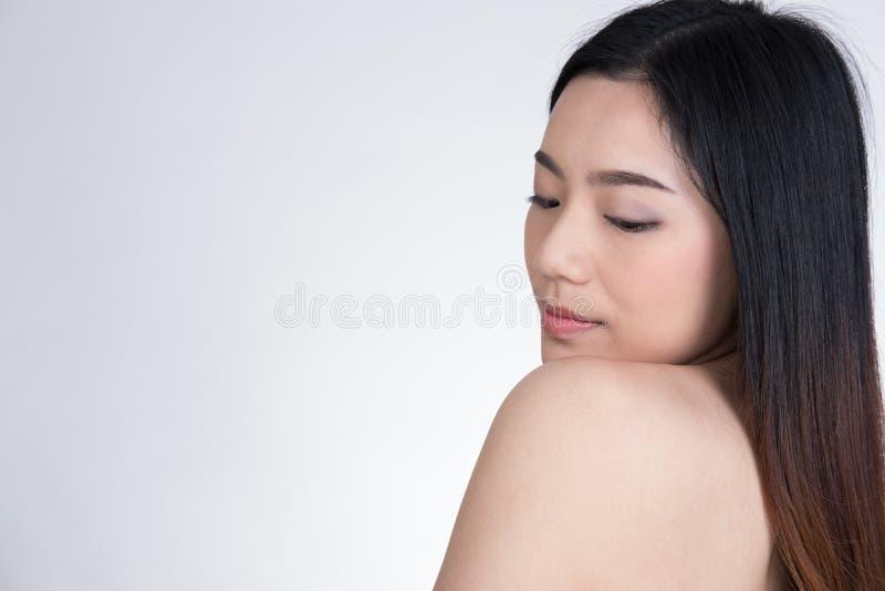 Porträt einer lächelnden jungen Frau mit natürlichem Make-up Beautifu stockfotografie