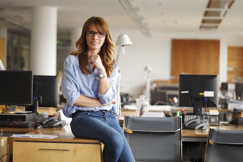 Porträt einer lächelnden professionellen reifen Geschäftsfrau lizenzfreie stockbilder