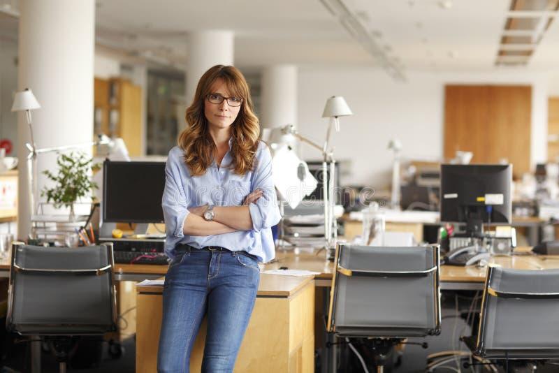 Porträt einer lächelnden professionellen reifen Geschäftsfrau stockfotografie