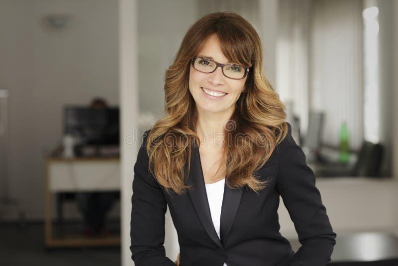 Porträt einer lächelnden professionellen reifen Geschäftsfrau lizenzfreies stockfoto