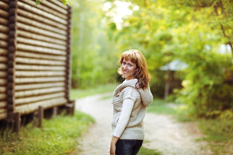 Porträt einer lächelnden roten behaarten Frau am Herbsttag stockfotografie