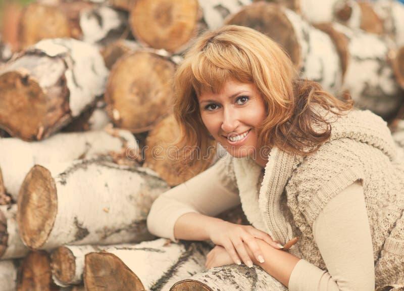 Porträt einer lächelnden roten behaarten Frau am Herbsttag lizenzfreies stockfoto