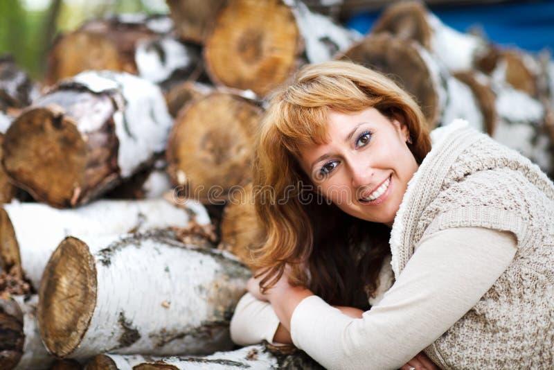 Porträt einer lächelnden roten behaarten Frau am Herbsttag stockfoto