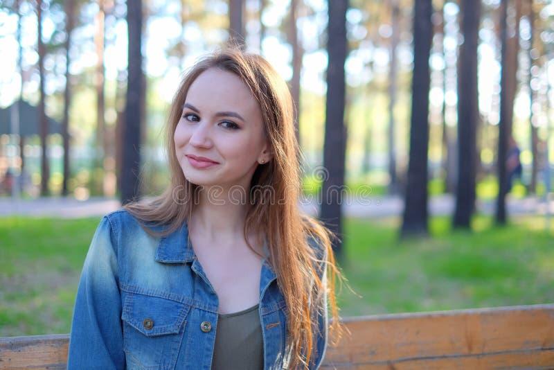 Porträt einer lächelnden Schönheit - draußen lizenzfreies stockbild