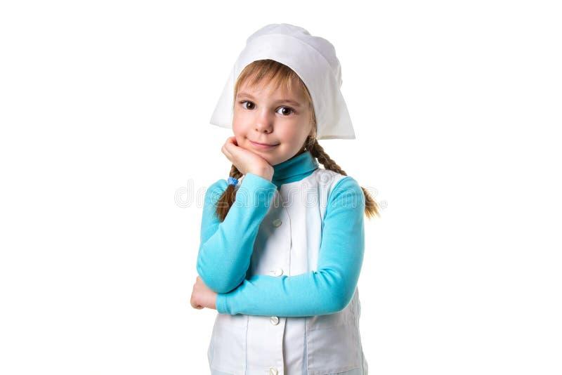 Porträt einer lächelnden weiblichen Krankenschwester, welche die Kamera, Hand unter dem Kinn betrachtet Landschaftswei?e Orientie stockbilder