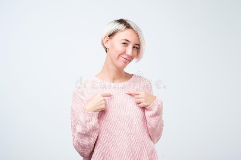Porträt einer lustigen lächelnden Frau, die Finger auf zeigt lizenzfreie stockfotografie