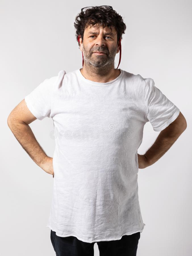 Porträt einer Mitte alterte Mann mit den Händen auf Hüften lizenzfreie stockfotografie