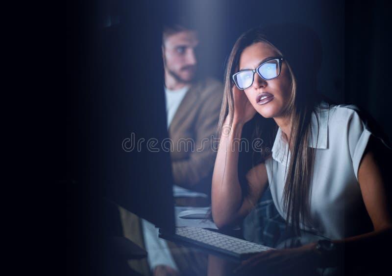 Porträt einer modernen Geschäftsfrau an dem Arbeitsplatz stockfoto