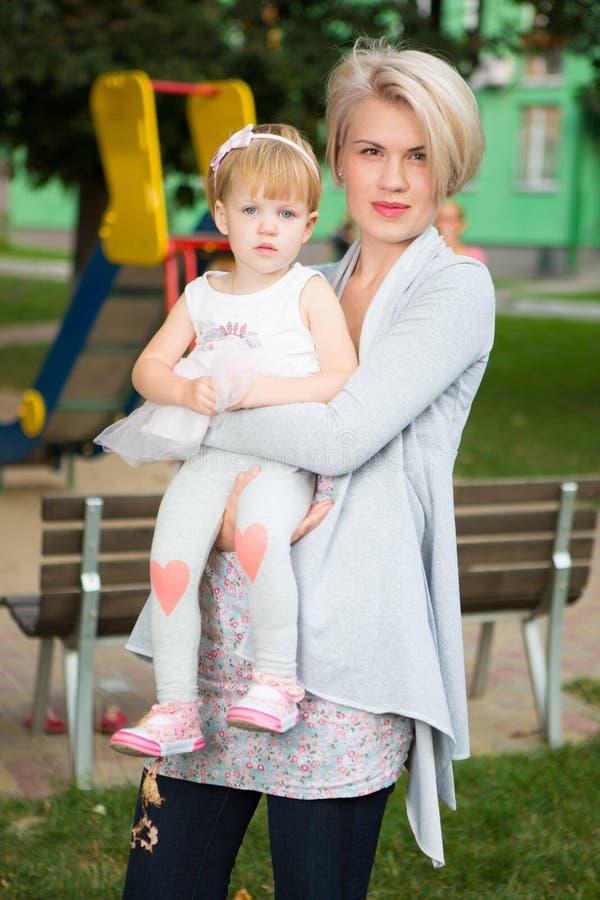 Porträt einer Mutter mit ihrem Kind stockfotografie