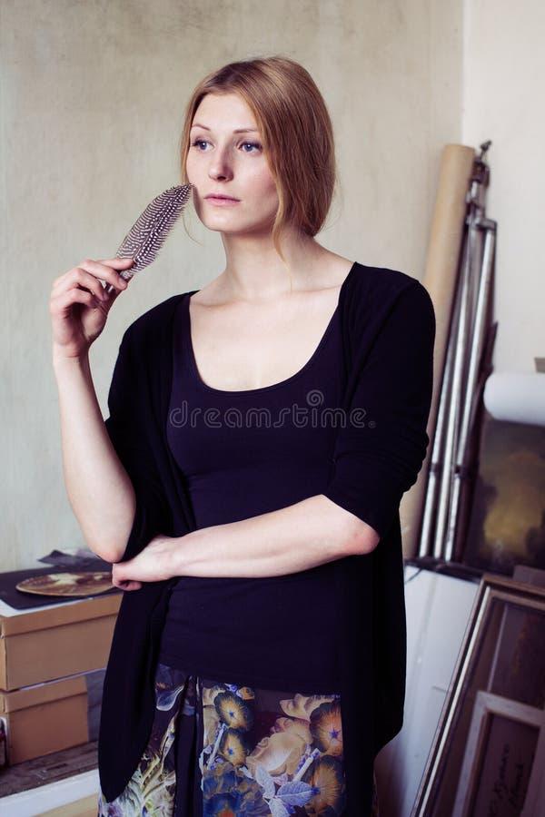 Porträt einer nachdenklichen Frau mit einer Spule lizenzfreie stockbilder