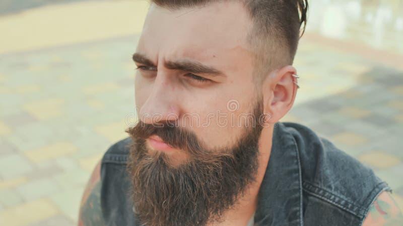 Porträt einer Nahaufnahme eines groben und bärtigen Mannes lizenzfreies stockfoto