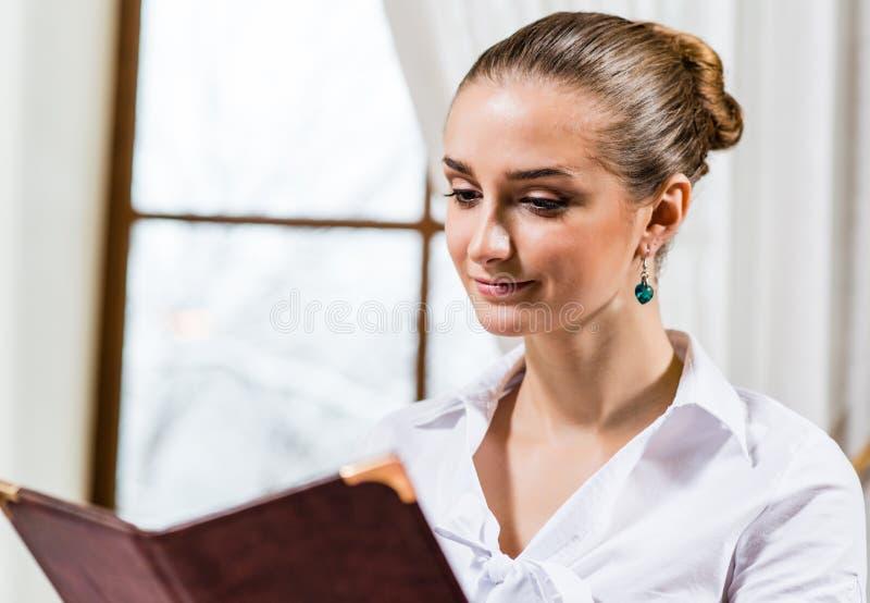 Porträt einer netten Dame am Restaurant stockbilder