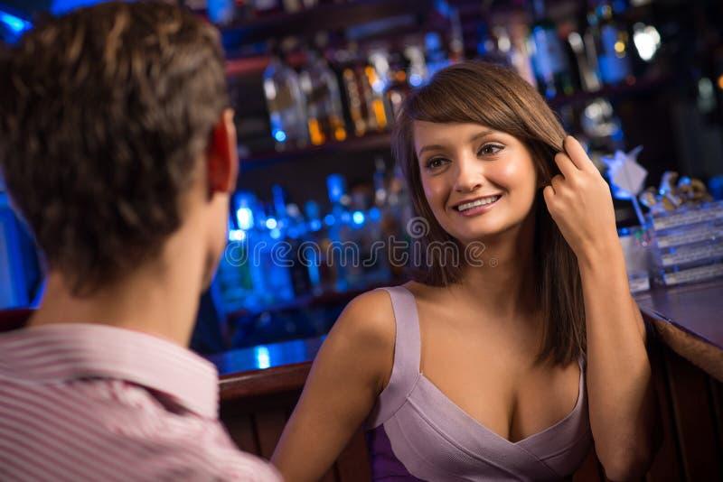 Porträt einer netten Frau an der Stange lizenzfreies stockbild