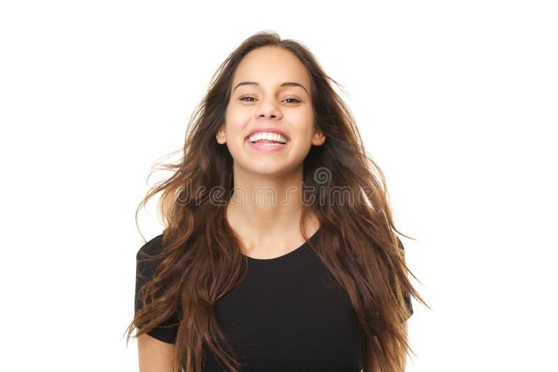 Porträt einer netten jungen Frau, die mit dem Schlaghaar lacht stockfotografie