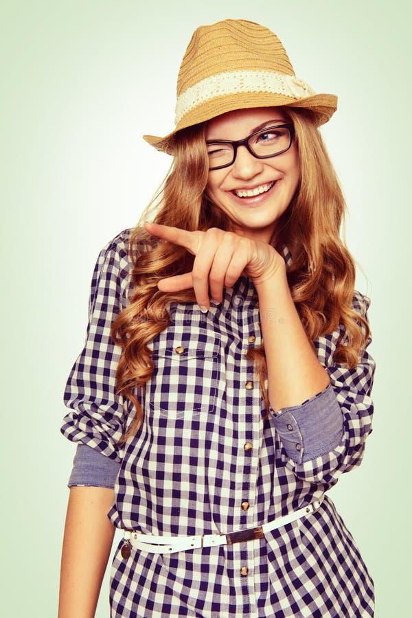 Porträt einer netten jungen Frau mit zufälliger Tracht zeigend auf stockbilder
