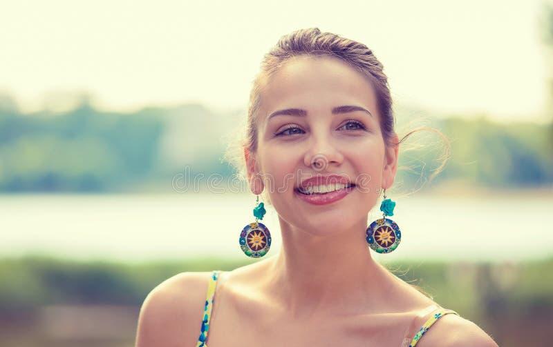 Porträt einer recht glücklichen Frau, lächelnd stockbild