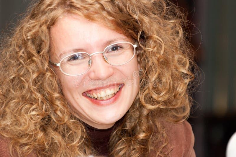 Porträt einer recht lachenden jungen Frau stockfotos