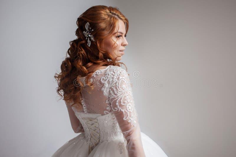 Porträt einer reizend rothaarigen Braut, Studio, Nahaufnahme Hochzeitsfrisur und -make-up lizenzfreie stockbilder
