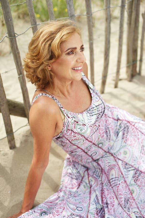 Porträt einer schönen älteren Frau, die draußen lächelt stockbilder