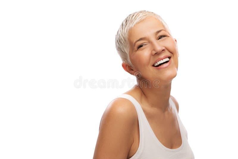 Porträt einer schönen älteren Frau, lokalisiert auf weißem Hintergrund stockfotografie