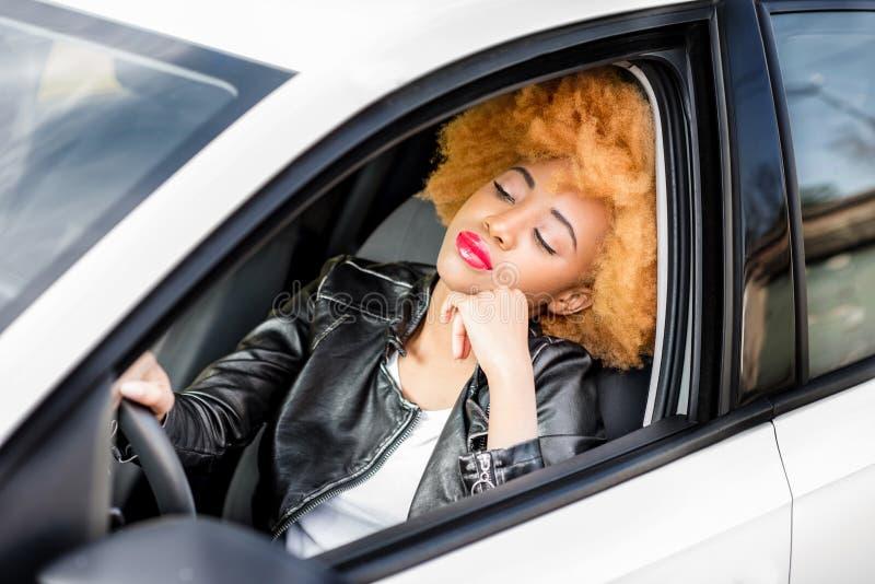 Porträt einer schönen afrikanischen Frau im Auto lizenzfreies stockbild