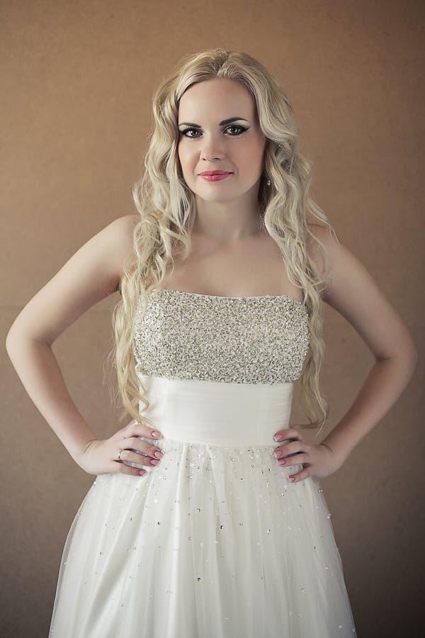 Porträt einer schönen blonden Braut mit dem langen gelockten Haar lizenzfreies stockfoto