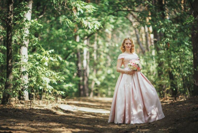 Porträt einer schönen Braut, die nahe einem Baum steht lizenzfreies stockbild