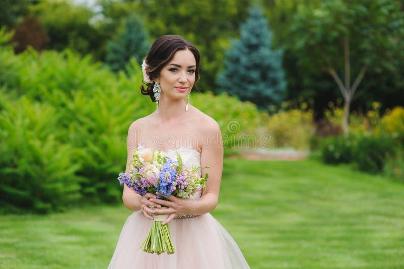 Porträt einer schönen Braut im Park lizenzfreies stockbild