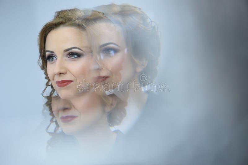 Porträt einer schönen Braut mit Berufsmake-up stockfoto