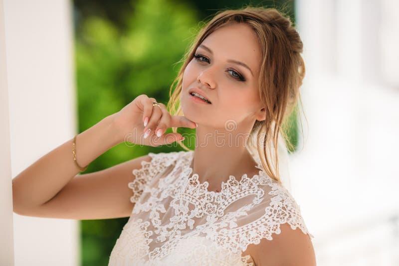 Porträt einer schönen Braut mit einem bezaubernden Blick Ein Modell mit dem weißen kurzen Haar genießt einen hellen Wind im Park  lizenzfreie stockfotos