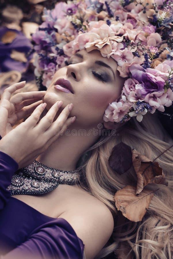 Porträt einer schönen Dame, die einen ausgezeichneten Chaplet trägt stockfotografie
