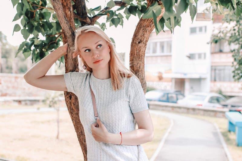 Porträt einer schönen Frau des blonden Haares nahe einem Baum Romantisches portrate der schönen jungen Frau stockbild