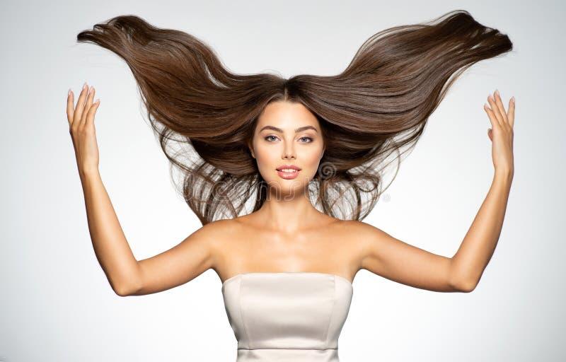 Porträt einer schönen Frau mit einem langen geraden Haar lizenzfreie stockbilder