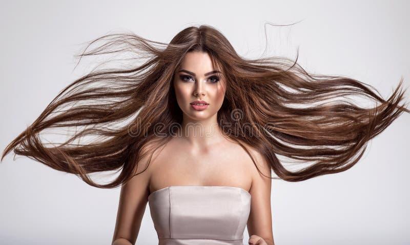 Porträt einer schönen Frau mit langen Haaren lizenzfreies stockfoto