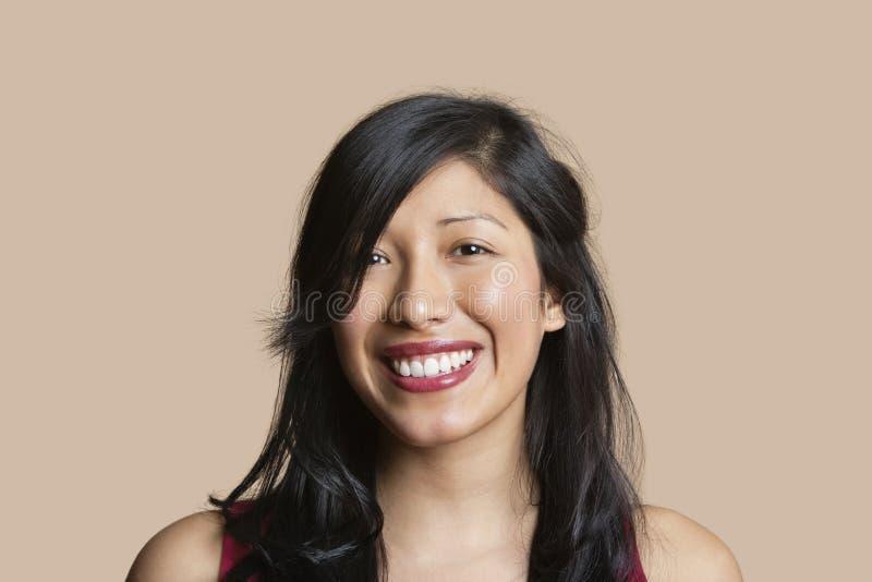 Porträt einer schönen glücklichen Frau über farbigem Hintergrund lizenzfreie stockfotografie