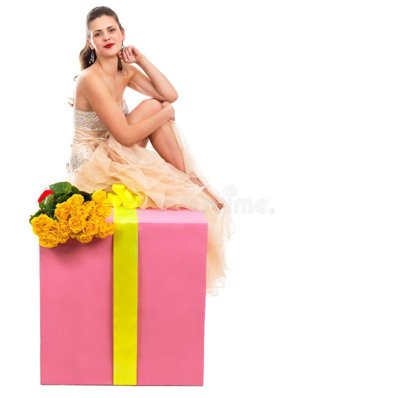 Porträt einer schönen glücklichen Frau mit einem großen Geschenk lizenzfreie stockfotografie