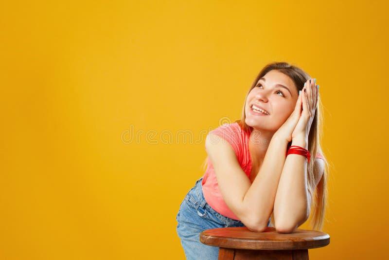 Porträt einer schönen glücklichen jungen Frau, die oben auf Kopienbadekurort schaut stockfotos