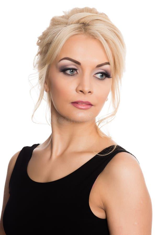 Porträt einer schönen jungen Blondine in einem schwarzen Kleid lizenzfreie stockfotografie
