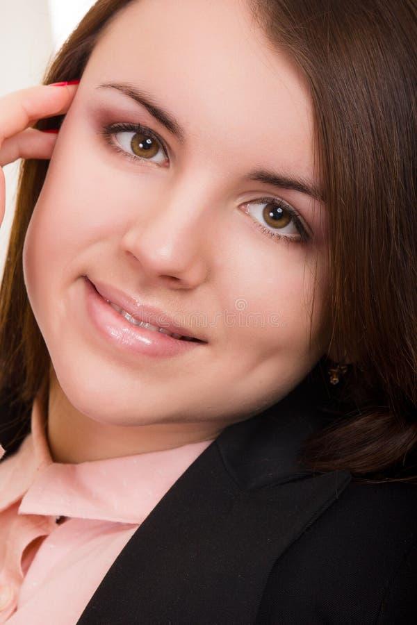 Porträt einer schönen jungen Frau lizenzfreies stockbild