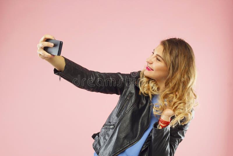 Porträt einer schönen jungen Frau, die selfie am intelligenten Telefon macht lizenzfreies stockfoto