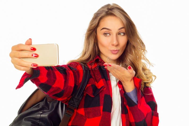 Porträt einer schönen jungen Frau, die selfie am intelligenten Telefon macht lizenzfreie stockbilder