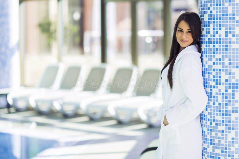 Porträt einer schönen jungen Frau in einem Bademantel lizenzfreie stockbilder